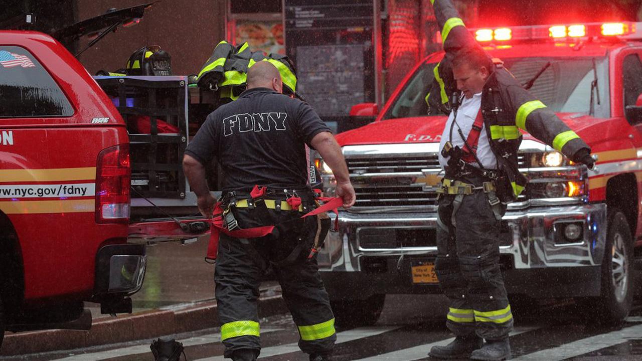 Helicóptero se estrella contra edificio en Nueva York