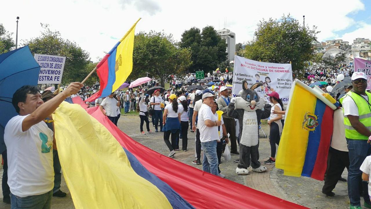 Ecuatorianos salen a las calles en rechazo al matrimonio igualitario