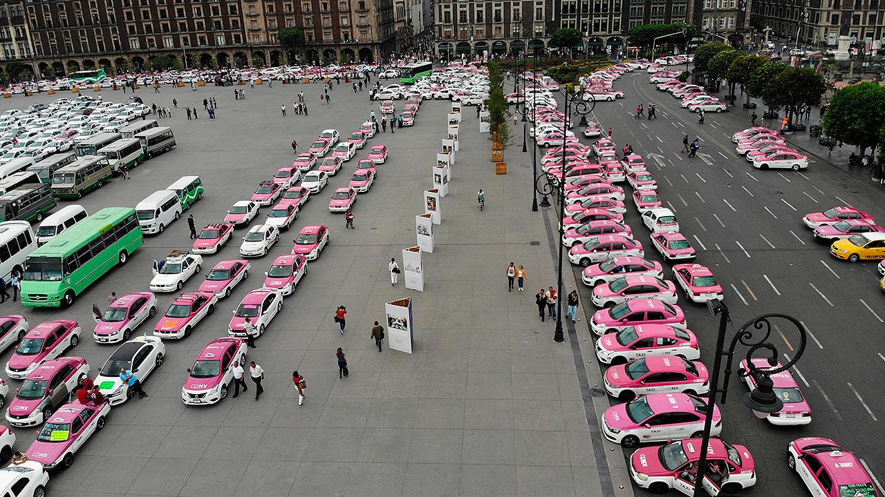 Taxistas se retiran del Zócalo, pero amagan con nuevos bloqueos