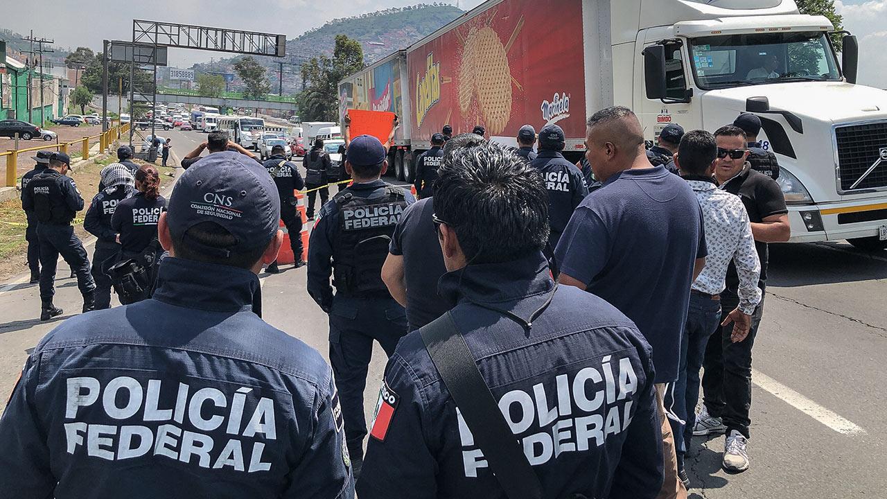Policías federales intentan bloquear vía frente al AICM; son replegados
