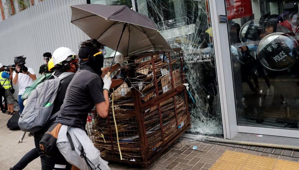 Policía recupera Parlamento de Hong Kong allanado por manifestantes