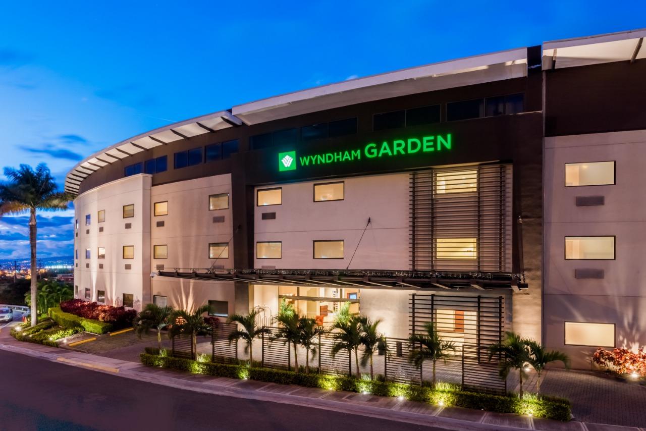 Turistas de EU y Canadá, el remedio de Wyndham contra el sargazo en México