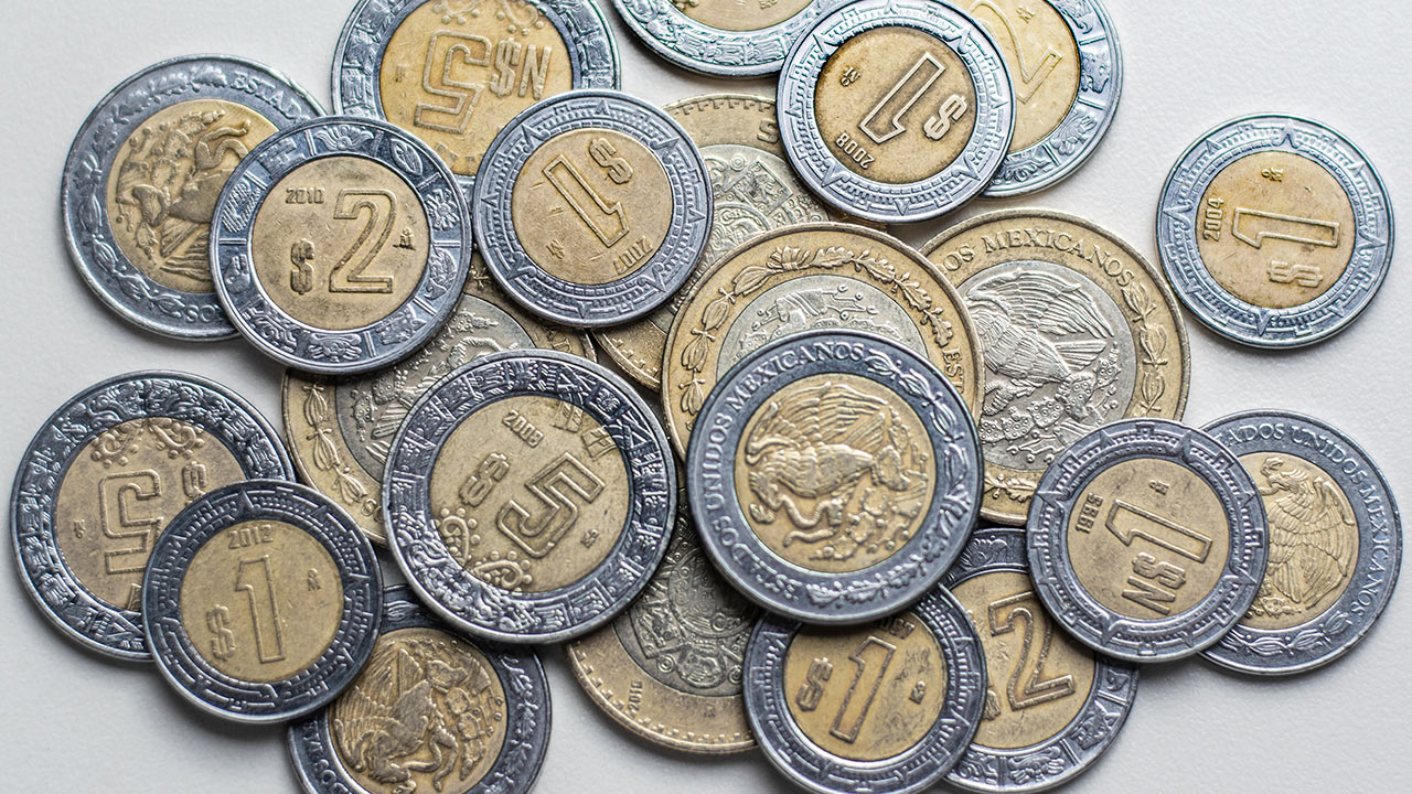 Peso cae a 21.16 por dólar ante repunte de Covid-19