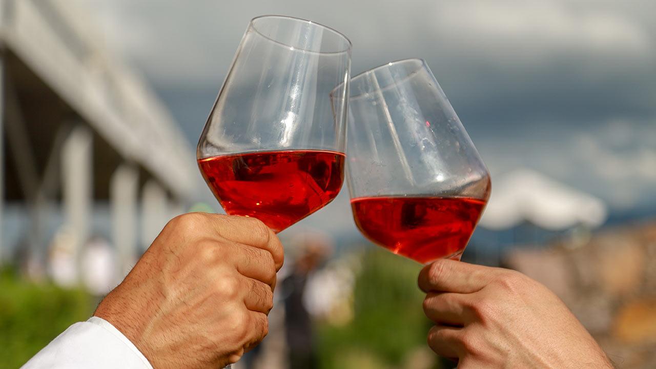 Elaboran gel antibacterial con vino destilado en Baja California