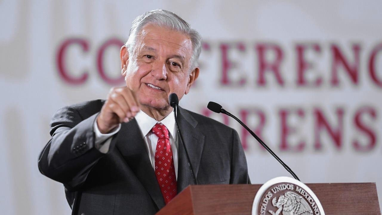 López Obrador balconea a expresidente que debe impuestos