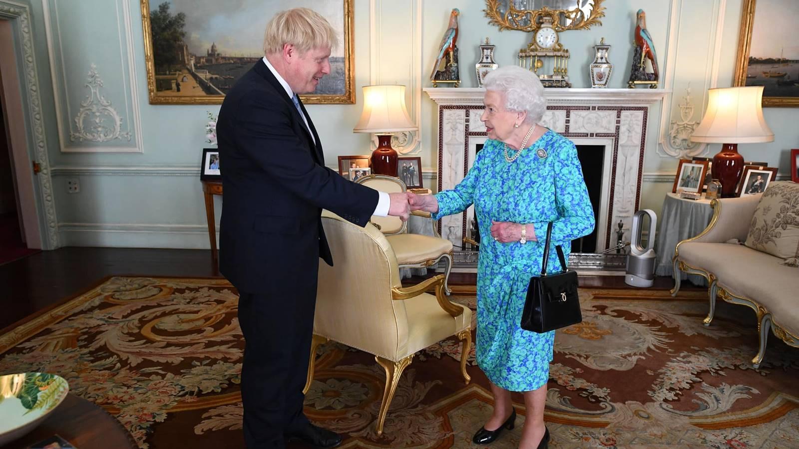 Reina Isabel concreta relevo de gobierno británico: se va May, llega Boris Johnson