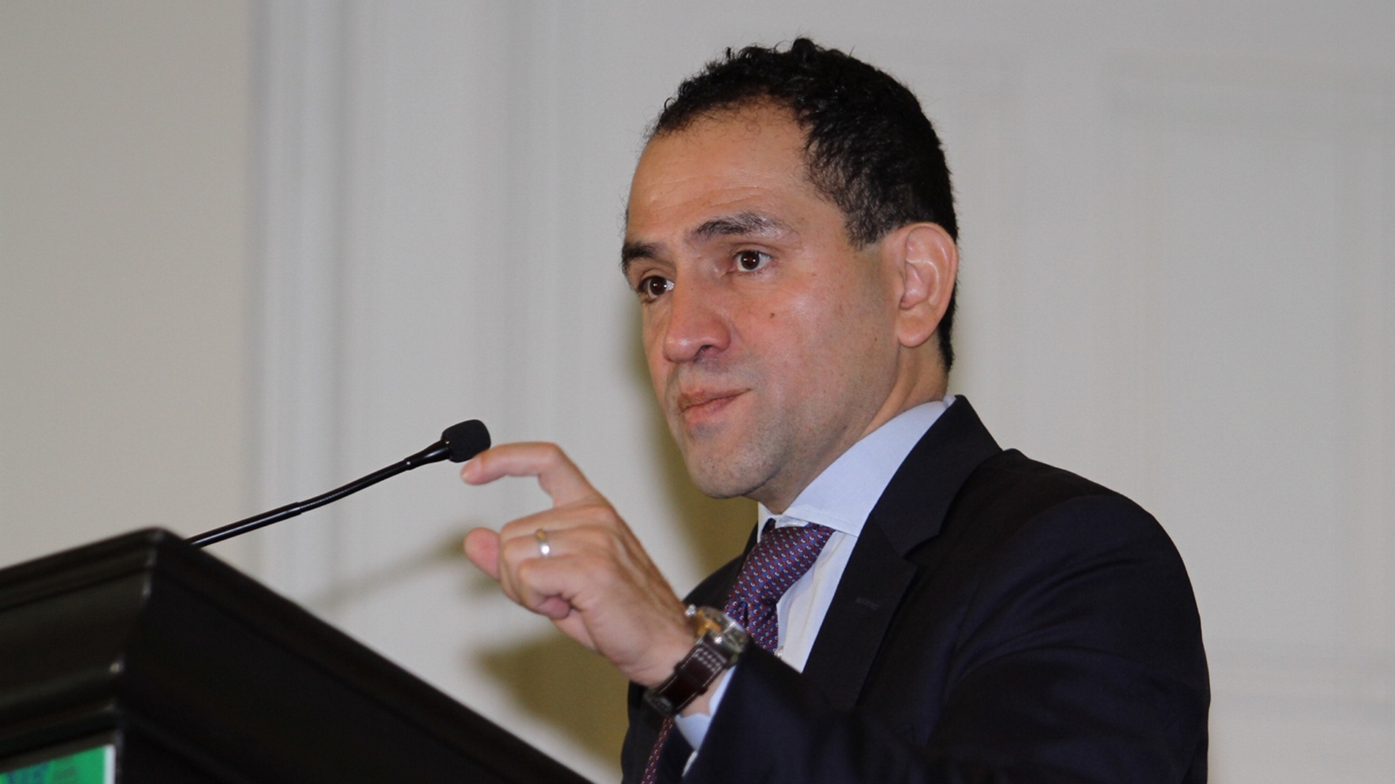 Analistas de bancos dan visto bueno a Herrera, pero los inquieta pleito en gobierno