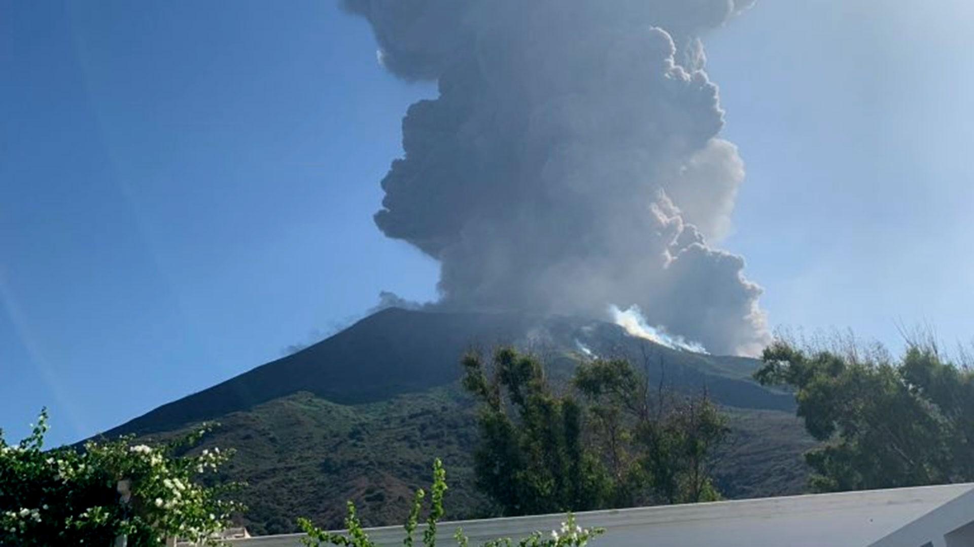 Pánico en el Tirreno por explosión del volcán Estrómboli; incendios y evacuados