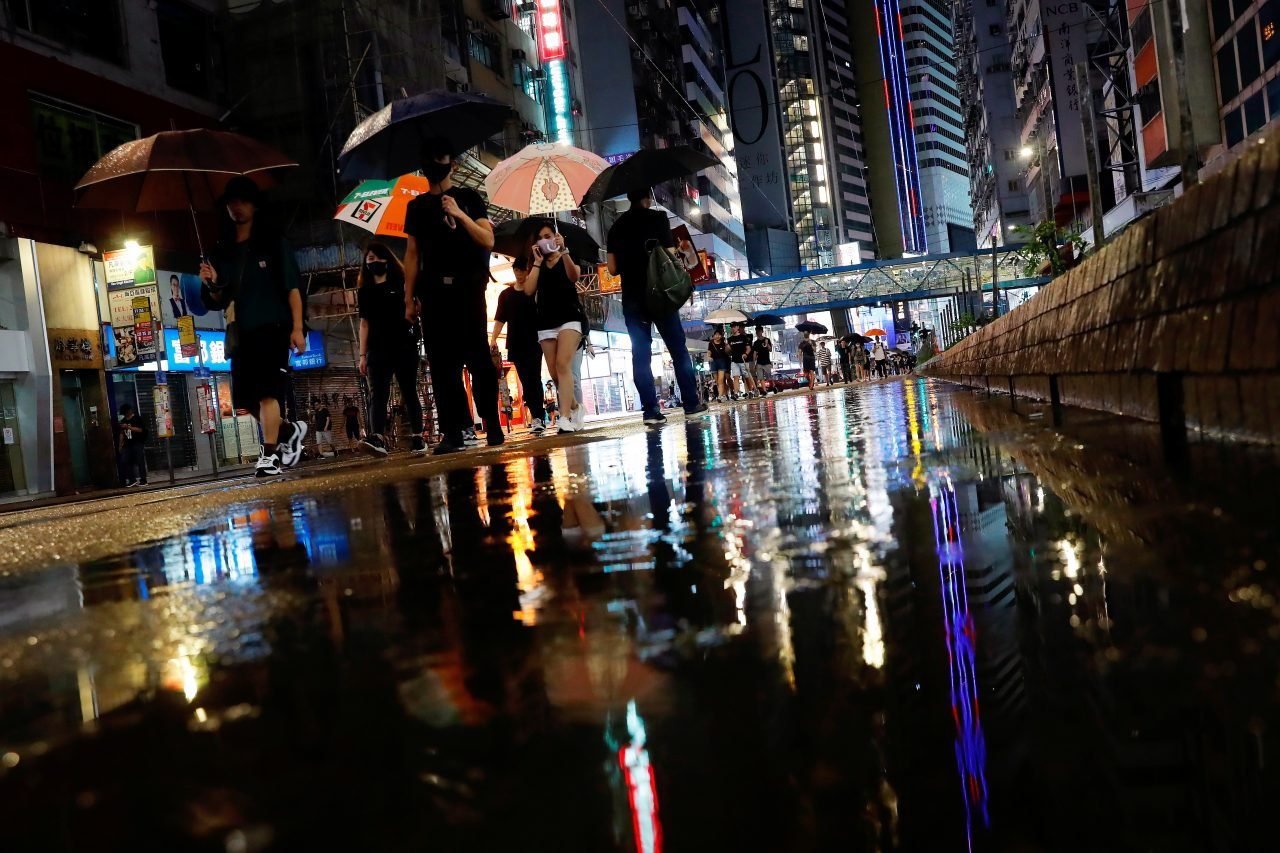 Manifestantes abarrotan las calles de Hong Kong pese a las fuertes lluvias