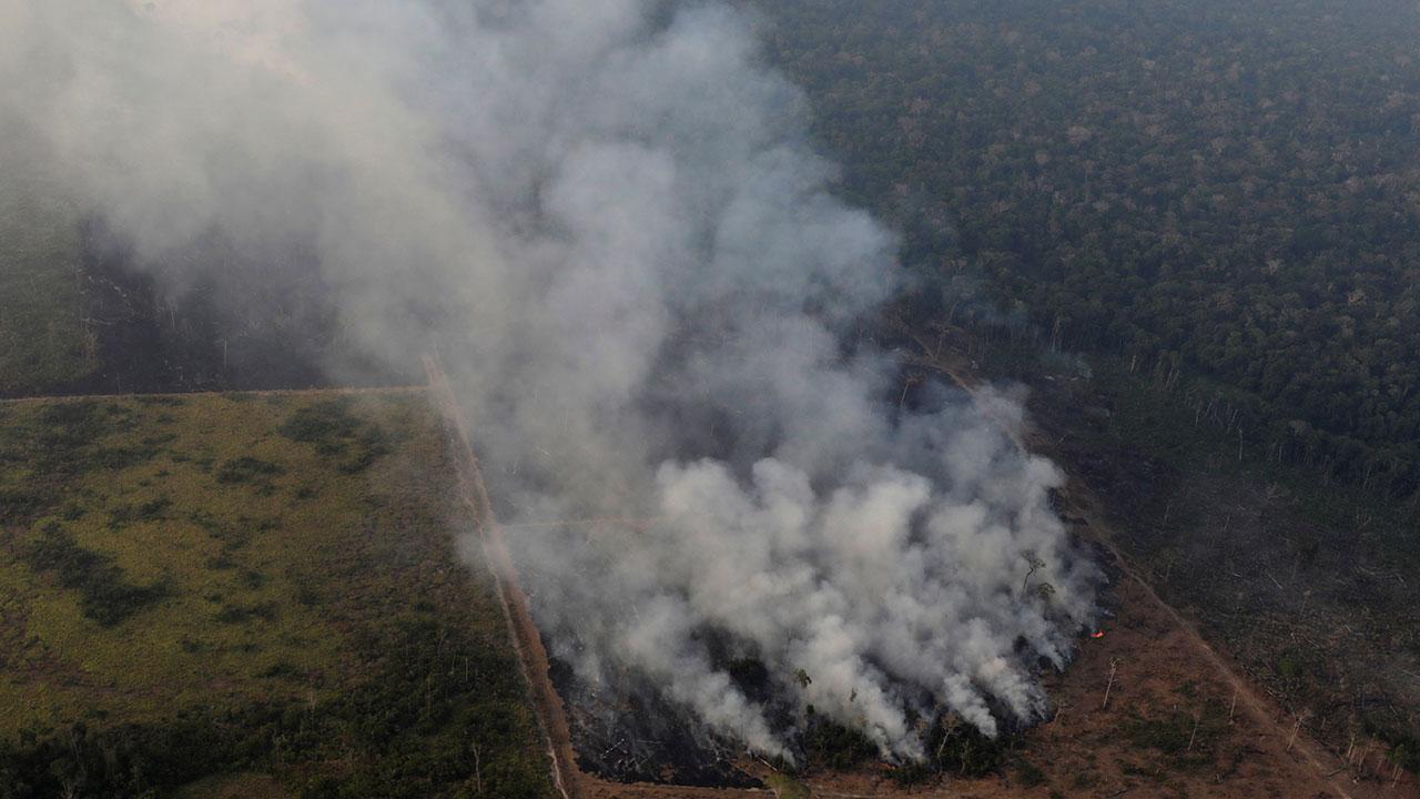 Bolsonaro analiza enviar al ejército para apagar incendios en Amazonas