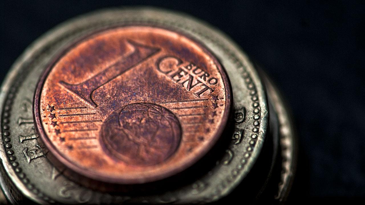 Euro cae a 1.18 frente al dólar tras reportes de interferencias en elecciones de EU