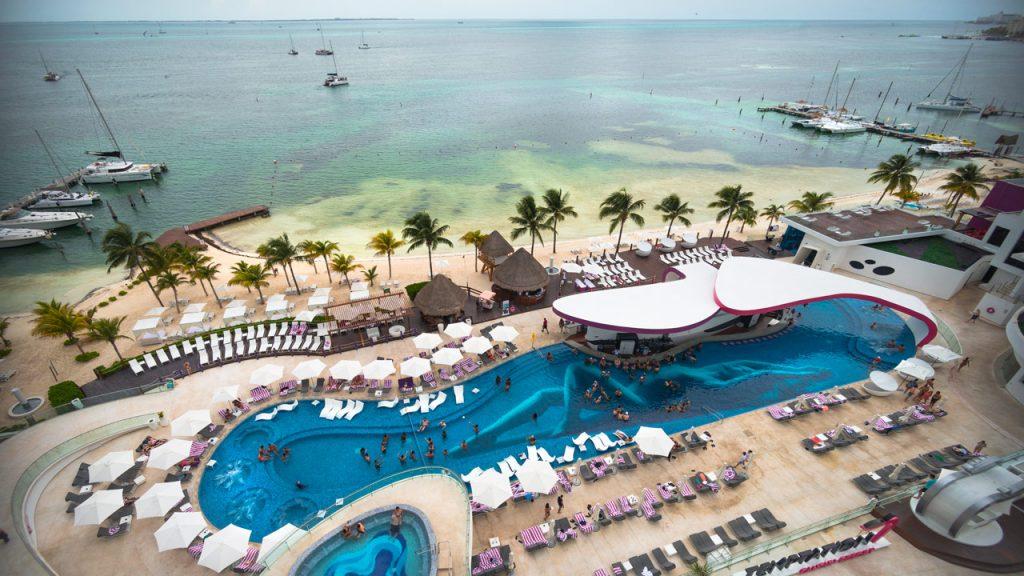"""Hotel Temptation resort, Cacún México. Tiene como """"barrera"""" contra el sargazo a Isla Mujeres. Foto: Angélica Escobar/Forbes México."""