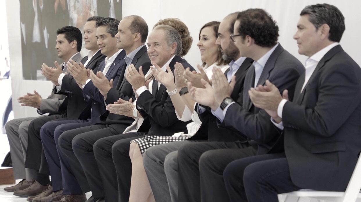 Juan Manuel Carreras, Gobernador de San Luis Potosí, acompañando la mesa de la ceremonia de inauguración. Foto: Arturo Luna/Forbes México.