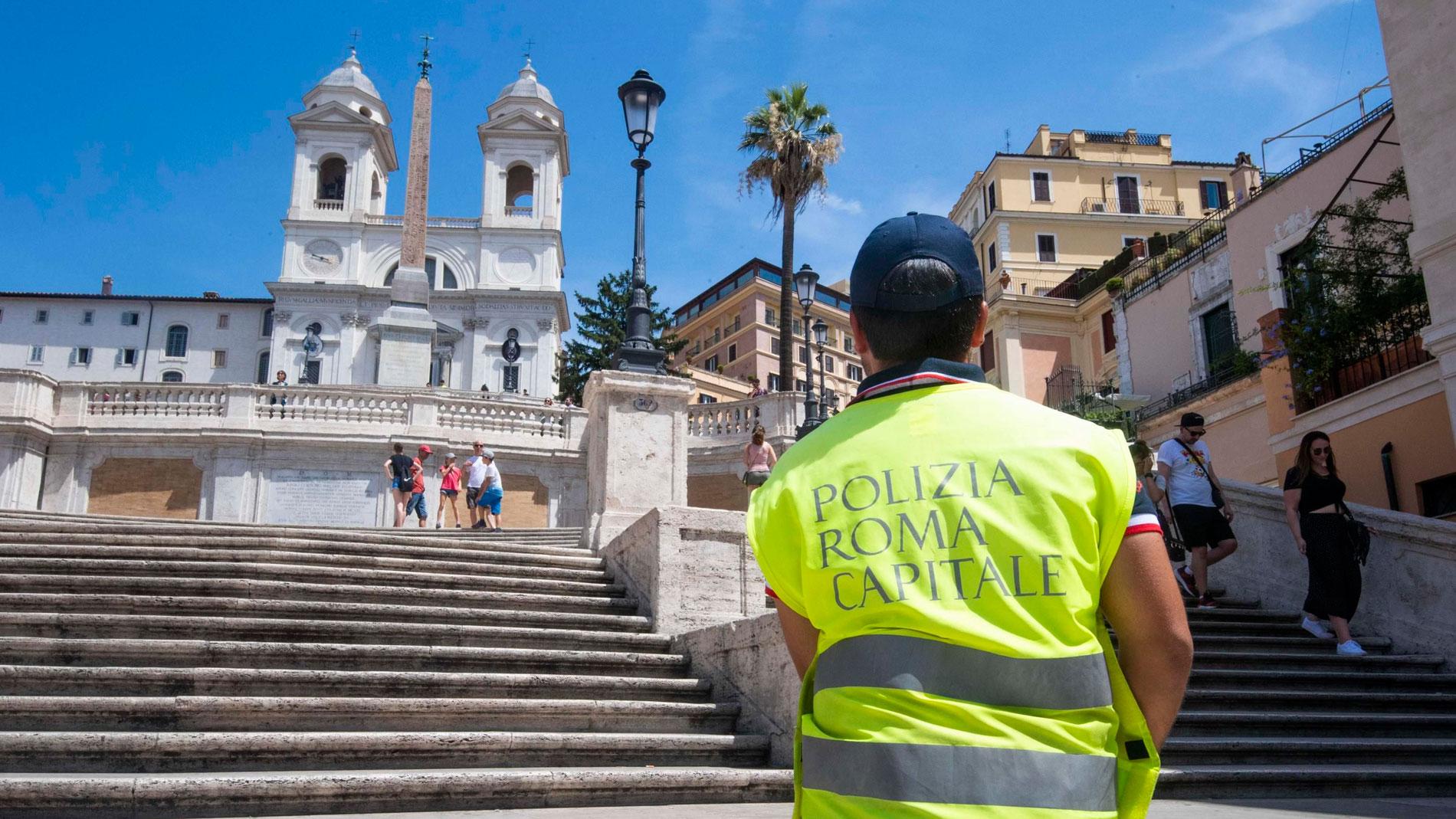 Roma prohíbe sentarse en la escalinata de Plaza de España y desconcierta a turistas