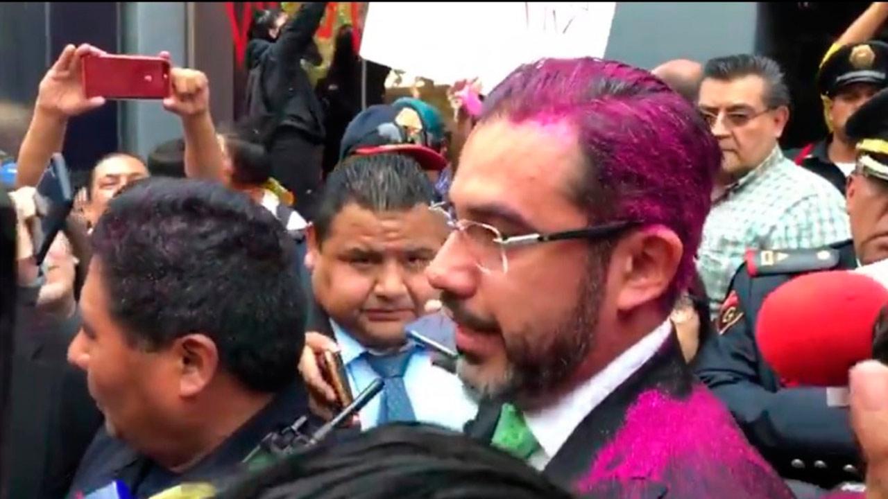 Activistas 'pintan' de morado a Jesús Orta en manifestación contra policías violadores