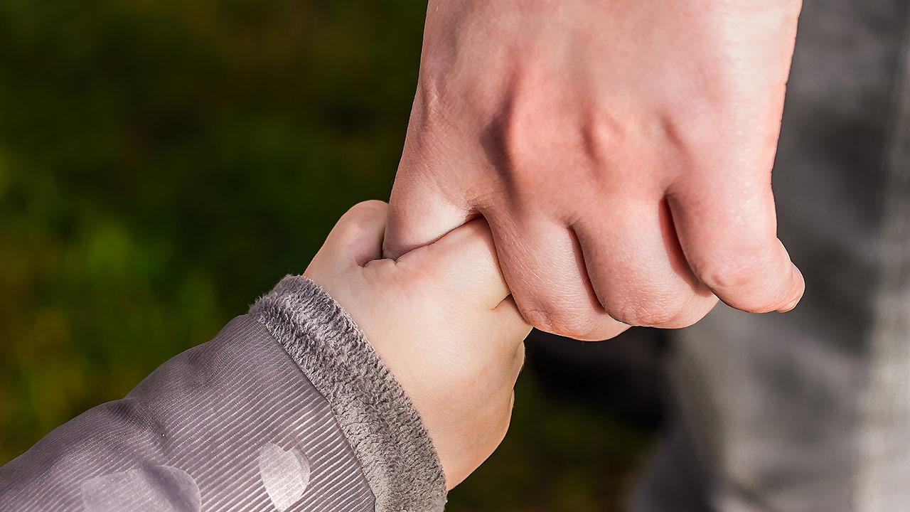 Padres que no cumplieron con sus obligaciones en la infancia deberán pagar