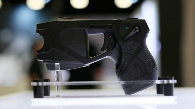 El creador de Taser dice que la policía no necesitará armas de fuego en diez años