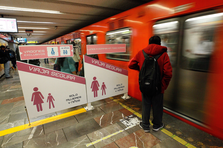 Hombres que invadan espacios para mujeres en el Metro serán multados