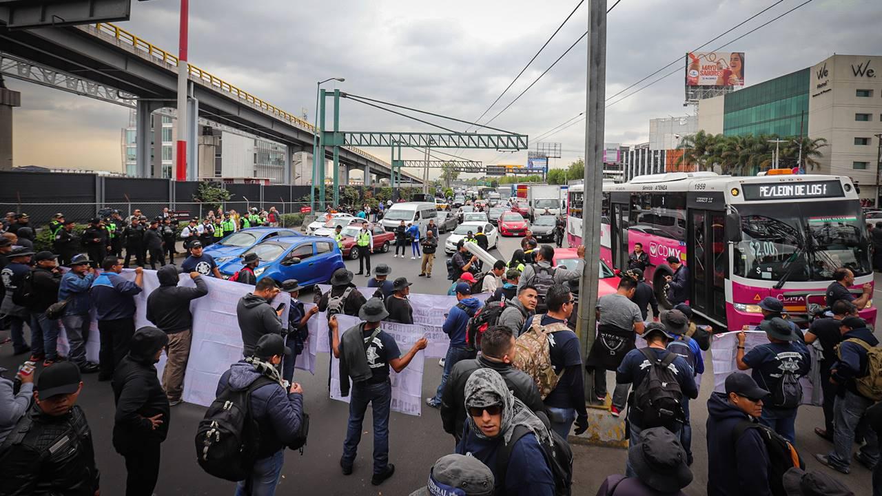 Bloqueo de policías federales en el AICM provoca caos y pega a viajeros