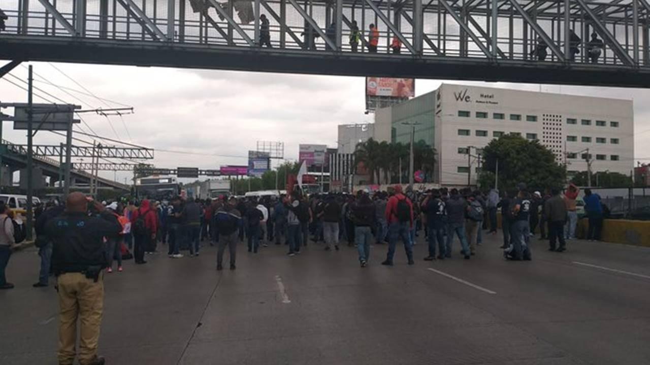 Siempre sí: policías federales bloquean Circuito Interior, afuera del AICM