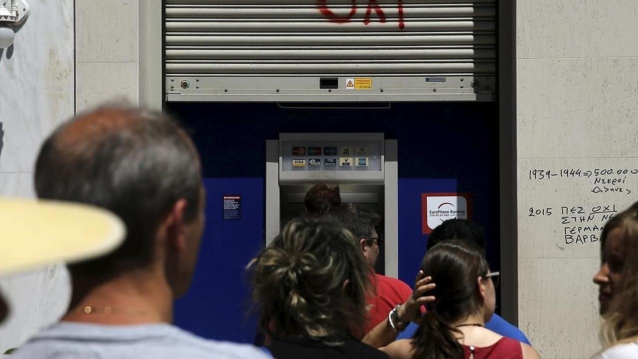 Por temor a nuevo 'corralito', argentinos hacen largas filas para recuperar sus ahorros
