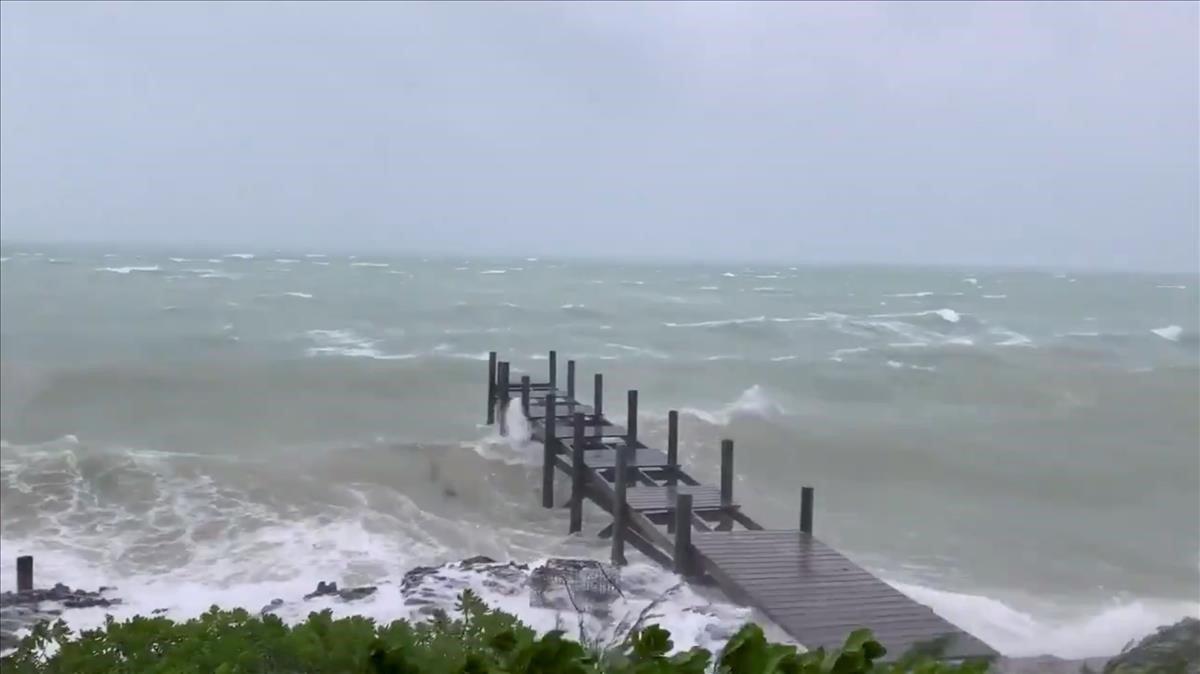 Huracán Dorian golpea Bahamas y se mueve lentamente hacia la costa de Florida