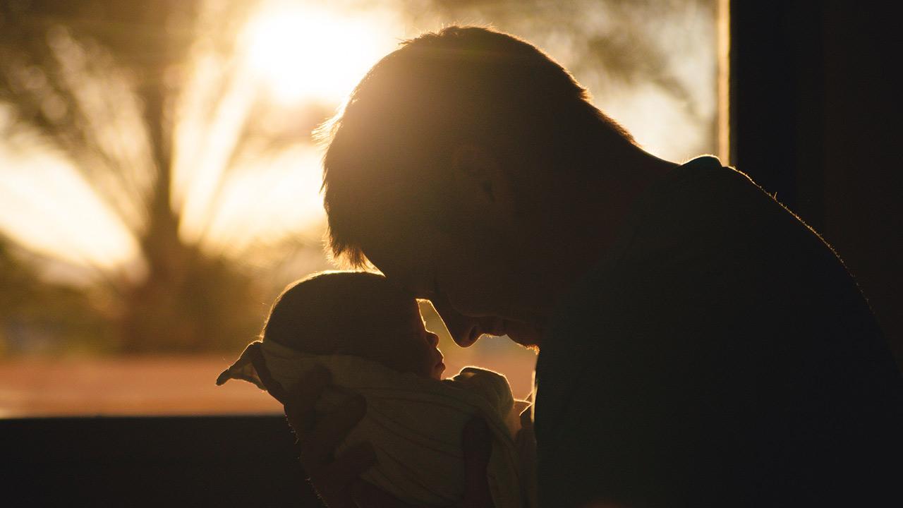 Proponen aumentar licencia de paternidad a 45 días con goce de sueldo
