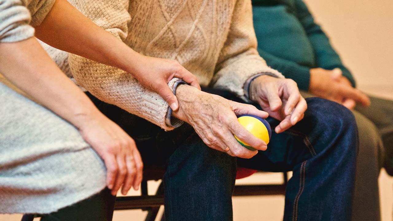 AMLO se compromete a modificar sistema de pensiones ante trabajadores