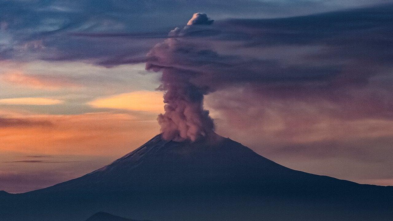 Popocatépetl expulsa fumarola de dos kilómetros de altura