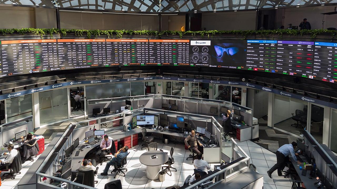 Peso y BMV caen; mercado, atento a contagio de AMLO