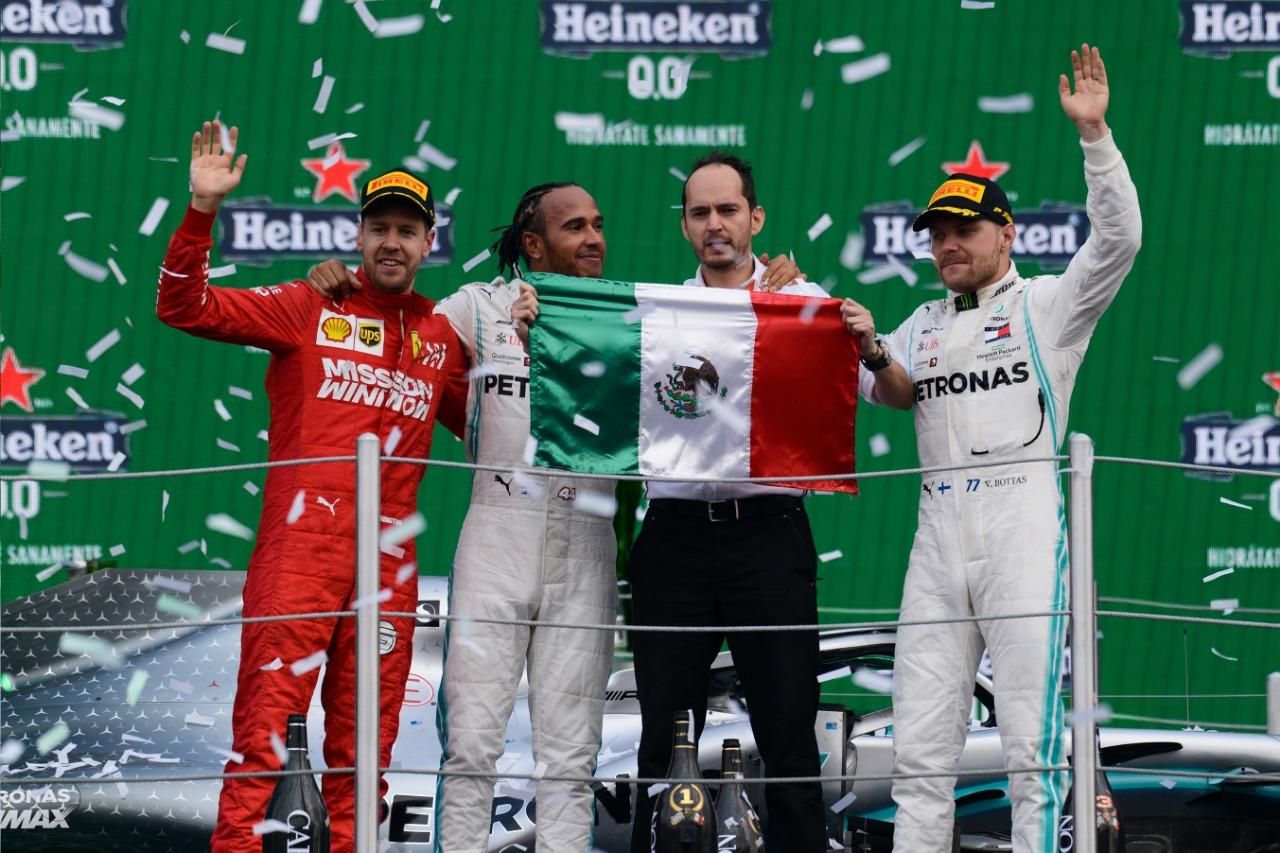 Tras disputarse las 71 vueltas estipuladas para la F1®ESTA, el icónico podio mexicano vivió su momento cumbre cuando Lewis Hamilton apareció junto a su auto en el escenario del Foro Sol. A su lado los pilotos, Sebastian Vettel y Valtteri Bottas – segundo y tercero, respectivamente – celebraron ante un Autódromo Hermanos Rodríguez lleno de vida.