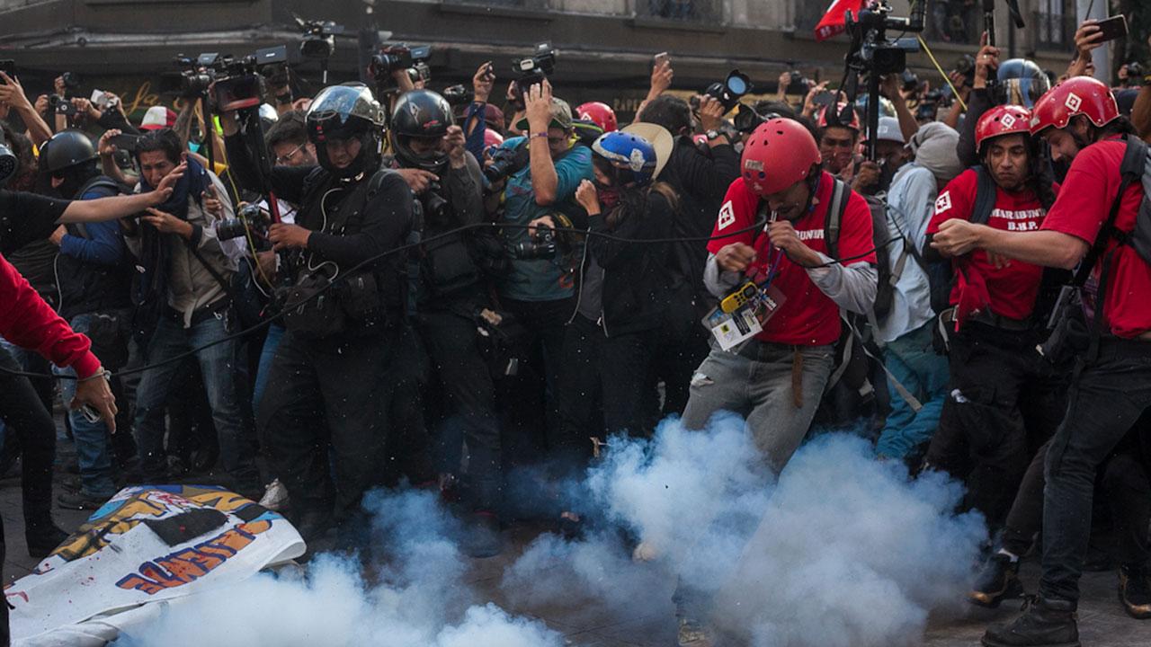 Policía, incapaz y atada de manos para detener la violencia durante las manifestaciones