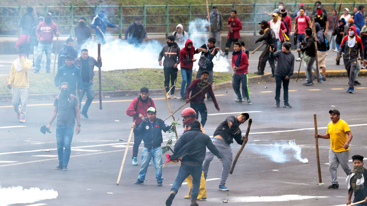Ciudad de Quito, Ecuador, 10 de octubre de 2019. Tras 8 días del inicio de las protestas, dos personas murieron y decenas de manifestantes resultaron heridos, incluida una persona que perdió un ojo por un perdigón, y cerca de 700 han sido detenidas. Foto: Santiago Armas/Notimex.