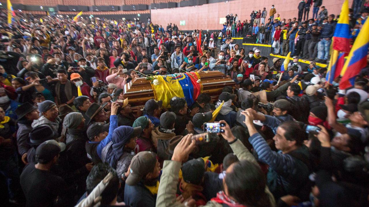 Integrantes de la Confederación de Nacionalidades Indígenas del Ecuador trasladan el féretro de una persona que perdió la vida en las protestas antigubernamentales. Quito, Ecuador, 10 de octubre de 2019. Foto: Foto: Xinhua/Notimex.