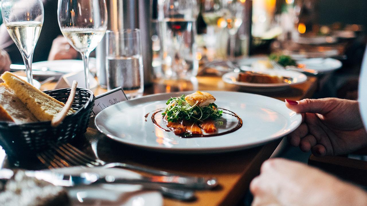 7 de cada 10 mexicanos consideran que cenar fuera fortalece su relación