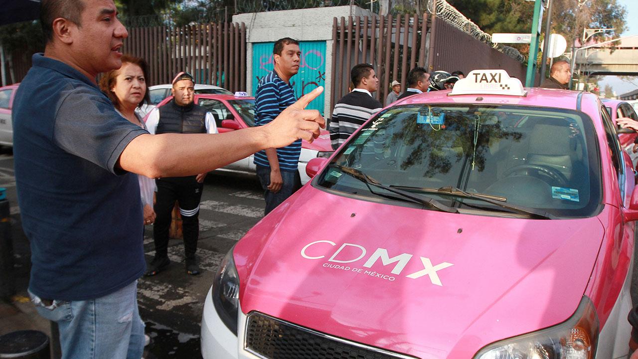 Taxistas que sí trabajaron aprovechan alta afluencia de pasajeros