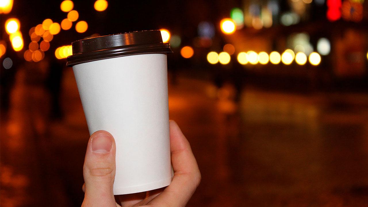 Irlanda aplicará impuesto a vasos de café hechos de plástico