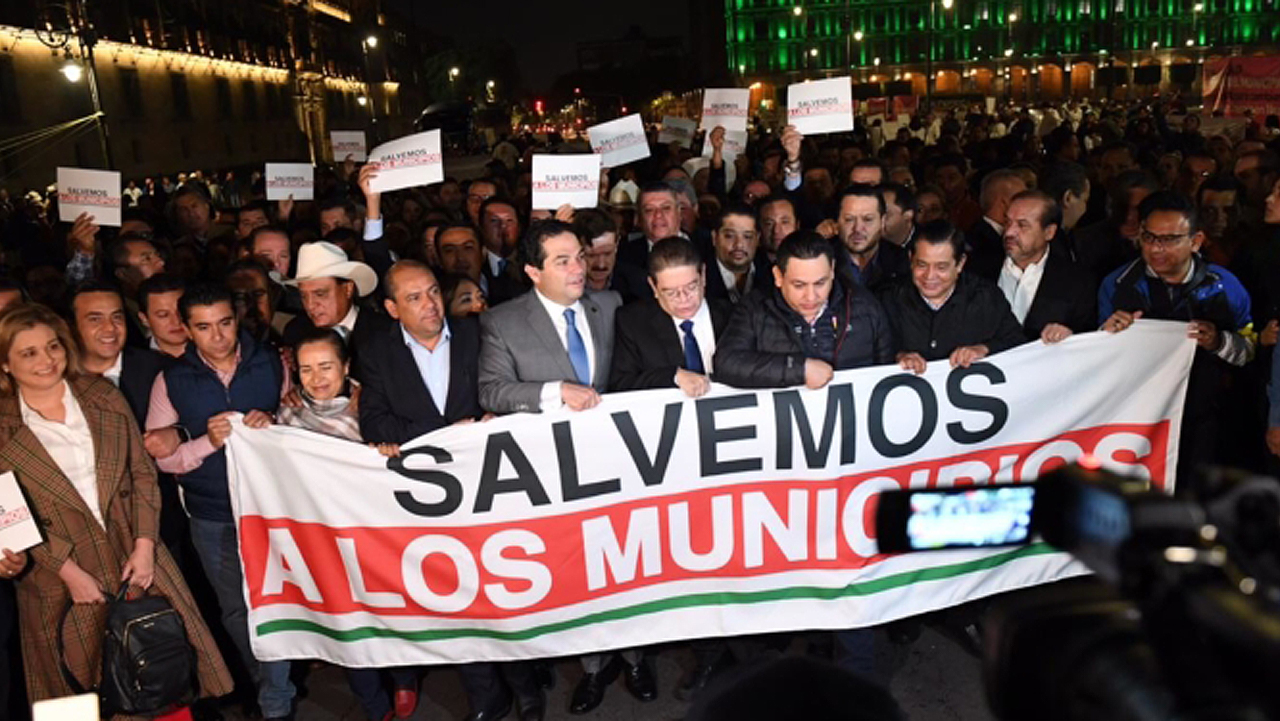 Alcaldes opositores tratan de entrar por la fuerza a Palacio Nacional