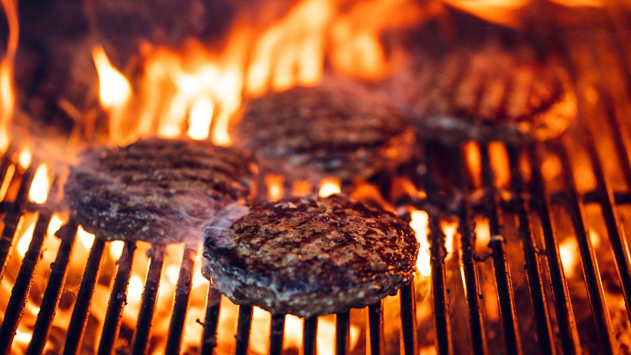 Estudiantes crean carne elaborada con proteína vegetal y chapulines