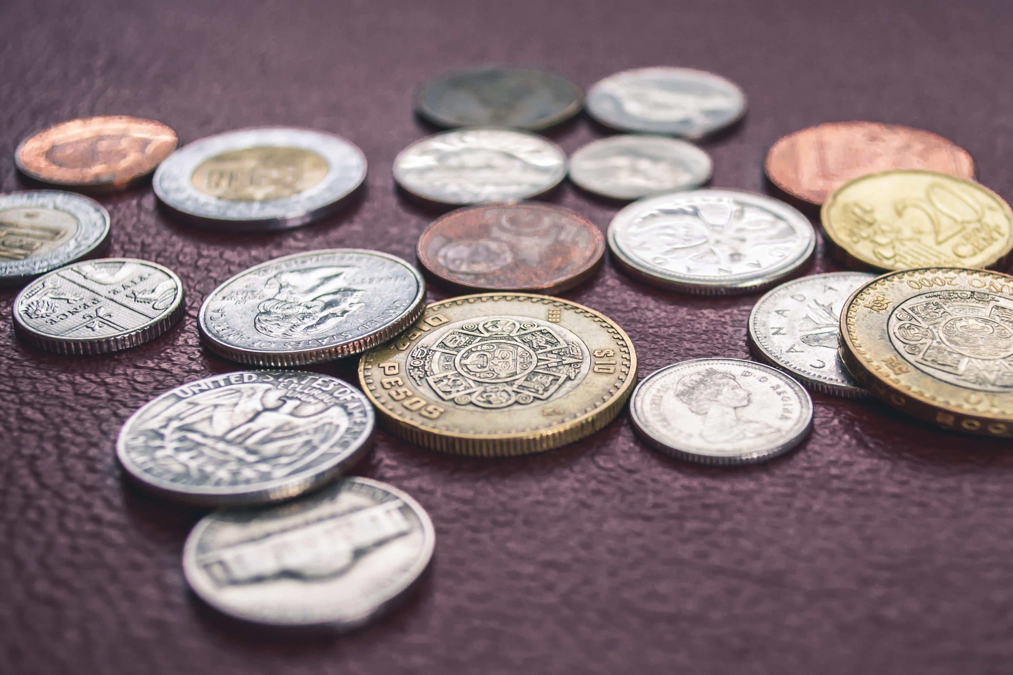 Peso lidera ganancias de monedas de países emergentes ante dólar débil
