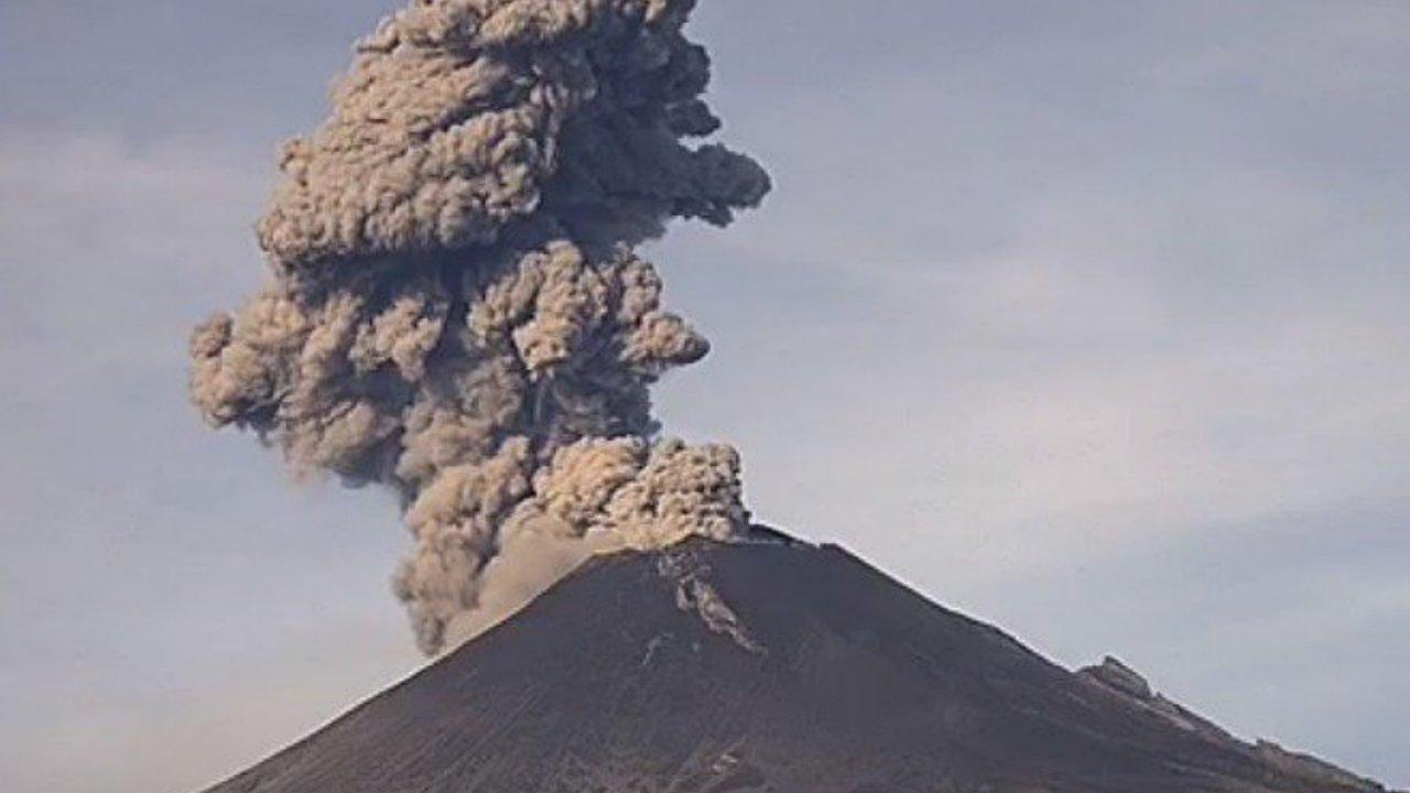 Popocatépetl registra tres explosiones; ceniza llega al Edomex