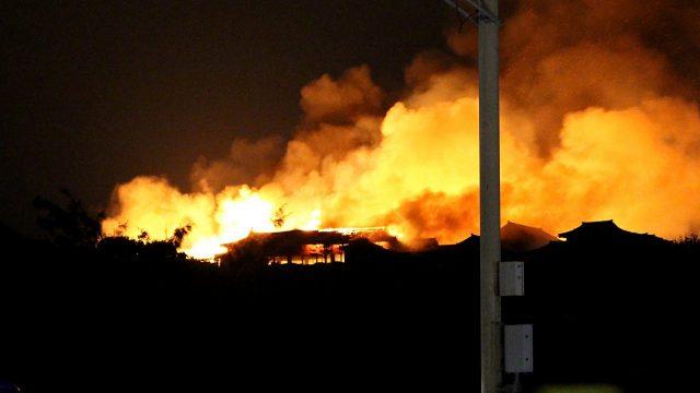 Un incendio arrasó el antiguo castillo japonés de Shuri en la isla meridional de Okinawa. Foto: STR / JIJI PRESS / AFP.