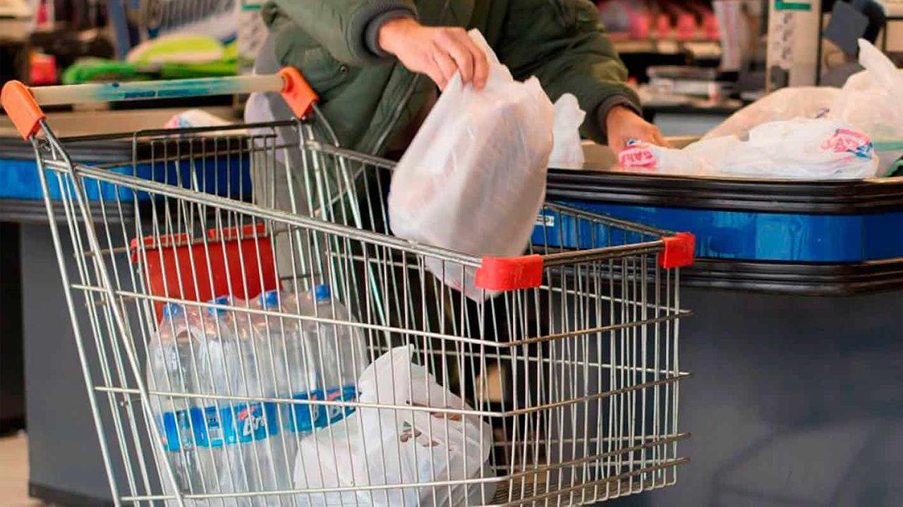 Supermercados dejarán de ofrecer bolsas de plástico en 2020