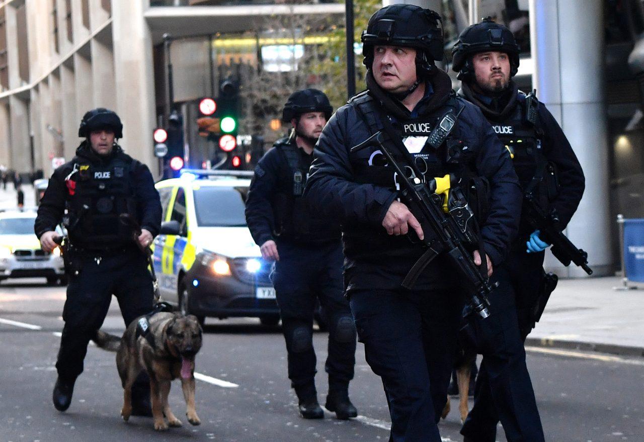 Asistentes a fiesta clandestina hieren a 22 policías en Londres