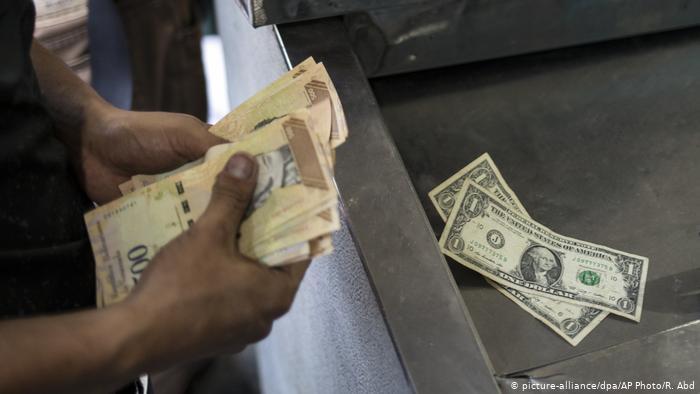 Venezuela y su relación de amor-odio con el dólar