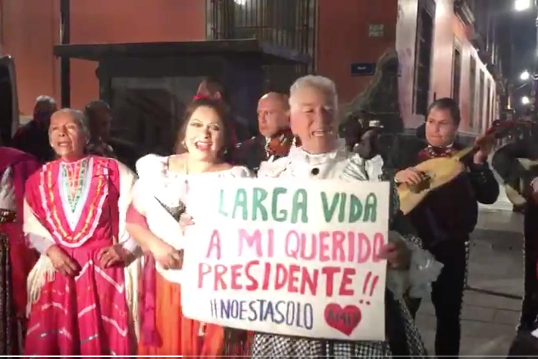 'Adelitas' llevan serenata a López Obrador por su cumpleaños e insultan a reporteros