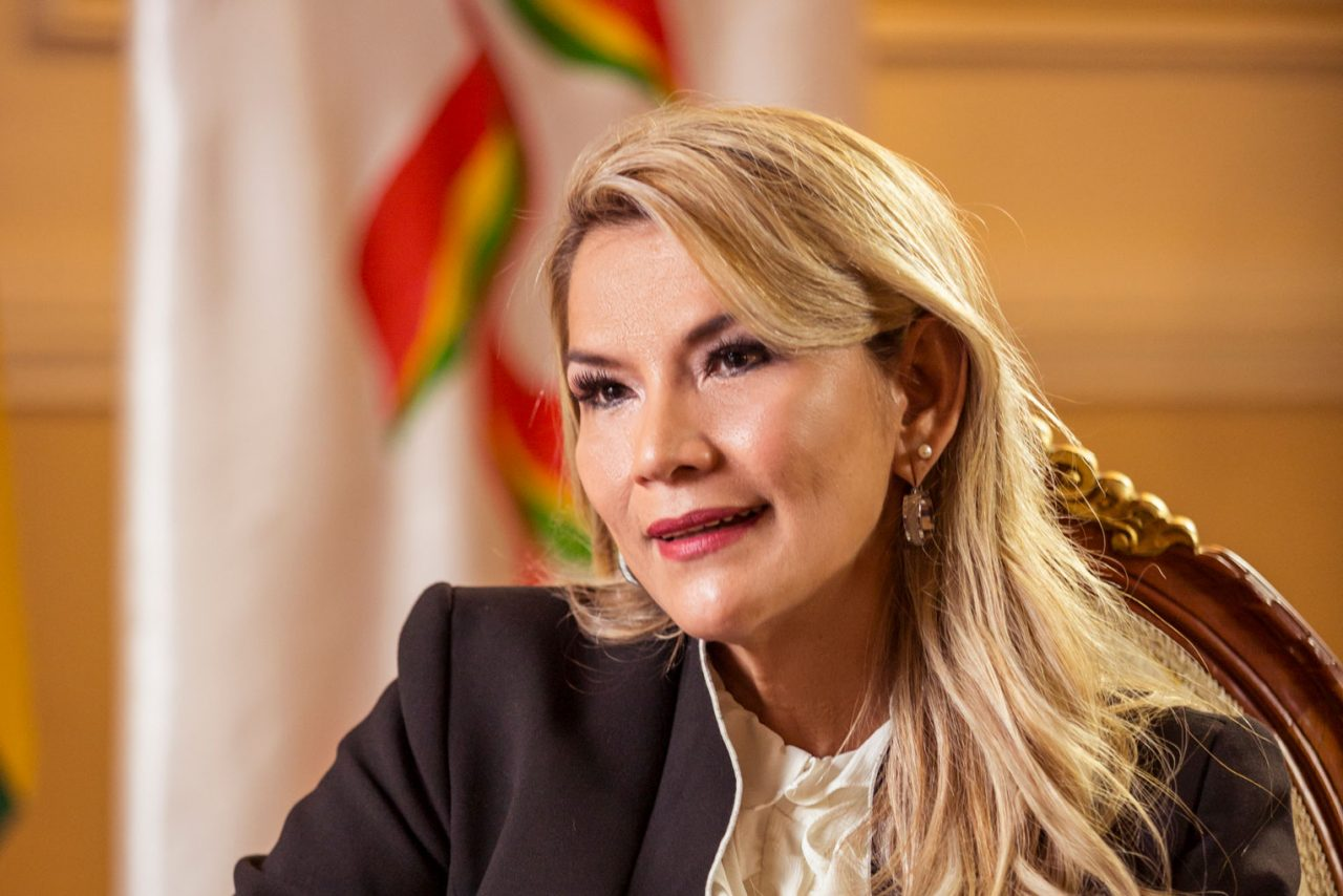 Presidenta interina de Bolivia se retira de la carrera electoral