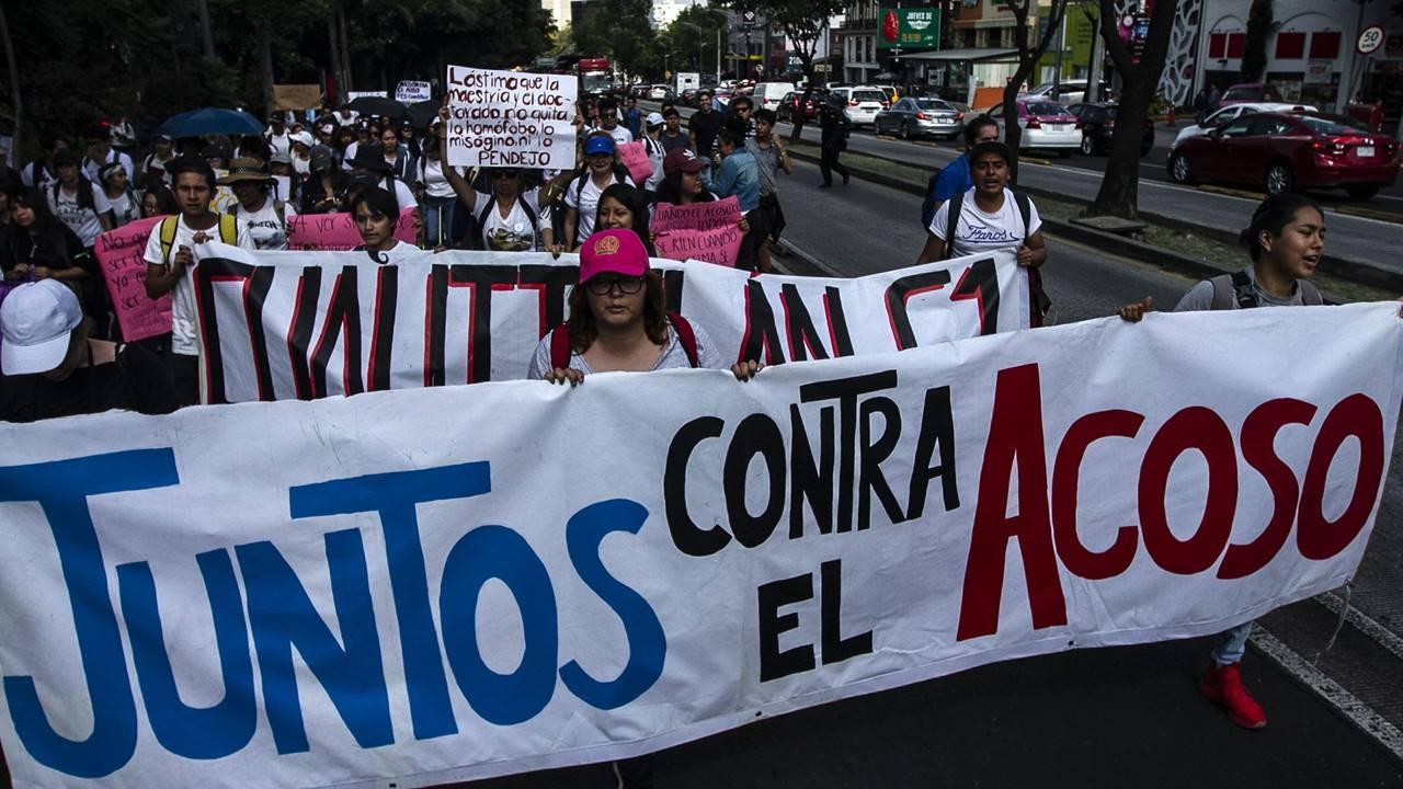 Estudiantes de la UNAM marchan contra acoso; encapuchados vandalizan Rectoría
