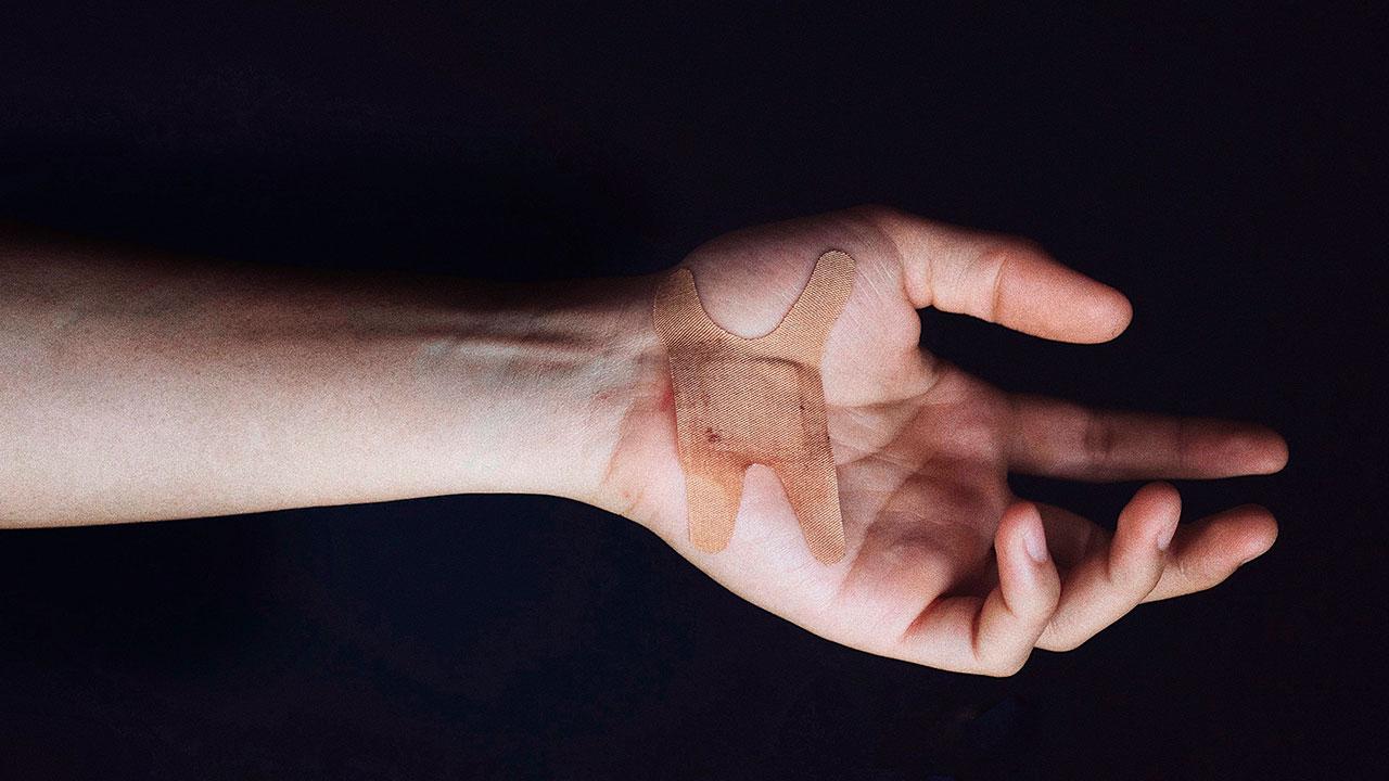 Crean cinta adhesiva que podría sustituir a suturas para cerrar heridas