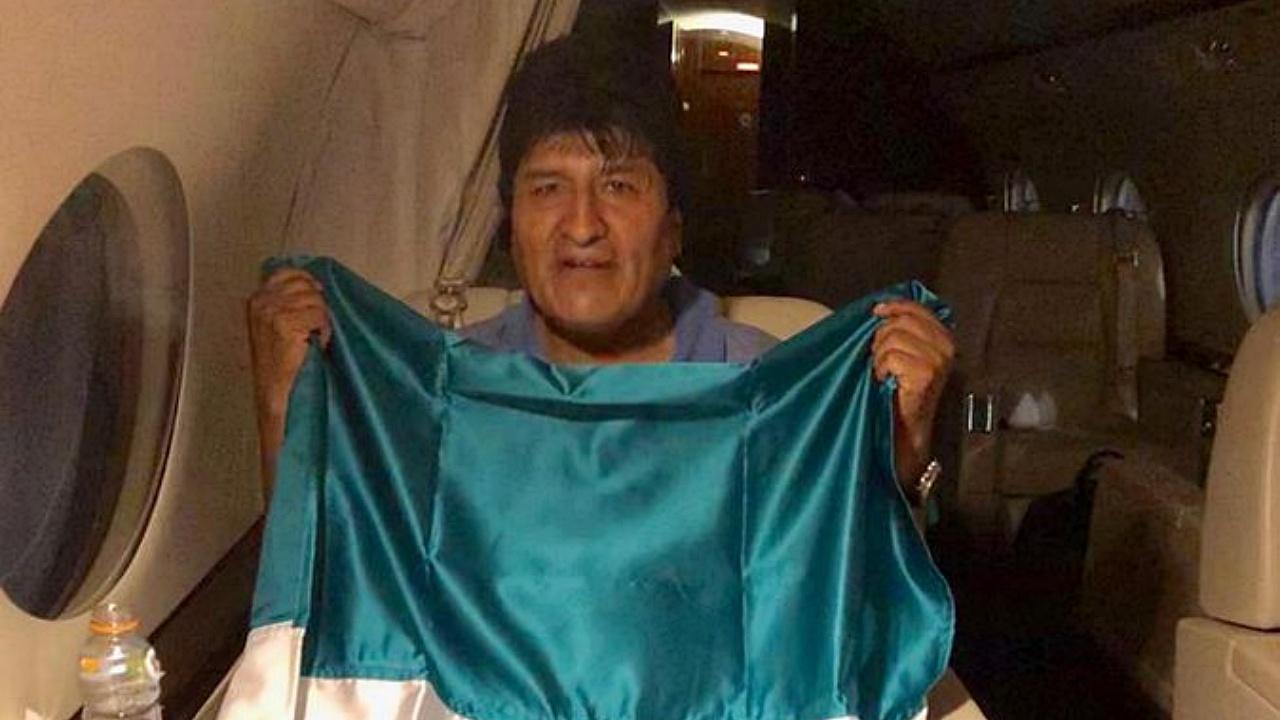 Evo Morales ya vuela rumbo a México para asilo